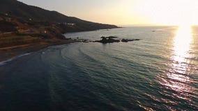 美丽的多岩石的海滩寄生虫捕获在日落的在波莫斯,塞浦路斯 股票录像