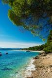美丽的多岩石的海滩在克罗地亚有在Zlatni鼠或金黄海角海滩的一个看法 免版税库存图片