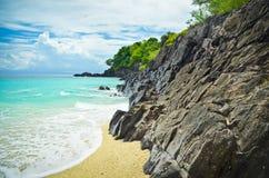 美丽的多岩石的海滩在菲律宾 免版税库存照片