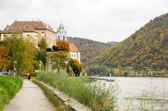 美丽的多瑙河银行在Durnstein镇,奥地利附近的秋天 免版税库存图片