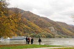美丽的多瑙河银行在Durnstein镇,奥地利附近的秋天 库存图片