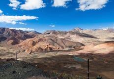 美丽的多色表面山在西藏 免版税库存图片