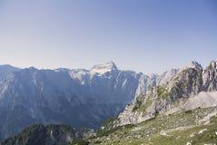 美丽的多雪的山特里格拉夫峰,朱利安阿尔卑斯山,欧洲全景  库存照片