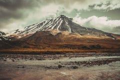 美丽的多雪的火山 库存图片
