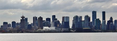 美丽的大厦,地平线,秋天树叶子,秋天颜色,煤炭港口在温哥华市中心,不列颠哥伦比亚省 免版税图库摄影