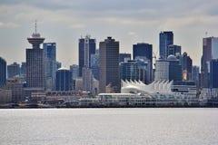 美丽的大厦,地平线,秋天树叶子,秋天颜色,煤炭港口在温哥华市中心,不列颠哥伦比亚省 免版税库存照片