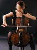 美丽的大提琴手 免版税库存图片
