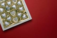 美丽的大模型为情人节 有里面巧克力心形的甜点的被打开的甜箱子 免版税图库摄影