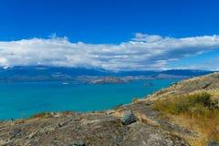 美丽的大海和岩石湖海岸 免版税图库摄影