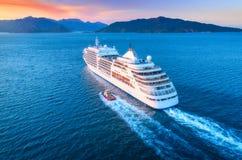美丽的大白色船鸟瞰图在日落的 免版税库存照片