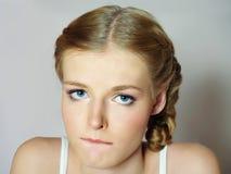 美丽的大眼睛女孩哀伤的翻倒 免版税库存照片