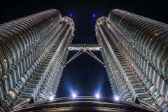 美丽的天然碱KLCC双塔的夜视图在吉隆坡市 免版税库存照片