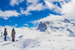 美丽的天空和云彩与雪山 免版税库存照片