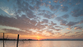 美丽的天空和太阳设置在橙色小河水库 库存照片