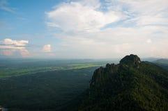 美丽的天空和山 免版税库存照片