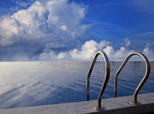 美丽的天空和游泳池 免版税图库摄影