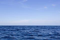 美丽的天空和蓝色海洋 免版税图库摄影