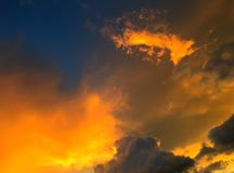 美丽的天空和金黄云彩在日落在暮色时间 免版税库存照片