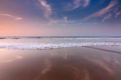 美丽的天空的反射在一个海滩在古达,沙巴,马来西亚,婆罗洲的 库存图片