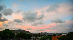 美丽的天空,当在镇的日落 库存照片
