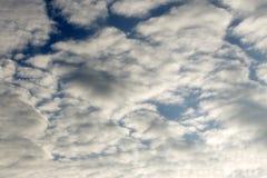 美丽的太阳从在蓝天的后面云彩发出光线 免版税库存图片