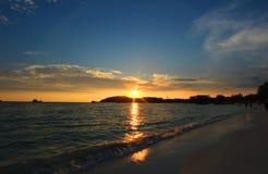 美丽的太阳被设置在海滩 免版税库存图片