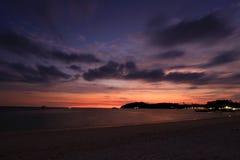 美丽的太阳被设置在海滩 免版税图库摄影