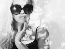 美丽的太阳镜妇女 免版税库存图片