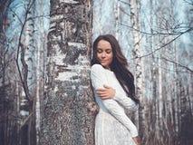 美丽的夫人在桦树森林里 免版税库存图片