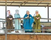 美丽的夫人在阳台站立在骑士节日并且观看战斗在戈伦公园在以色列 免版税库存照片