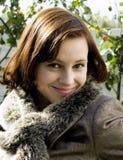 美丽的夫人微笑的年轻人 免版税库存图片