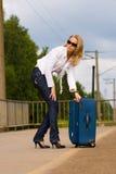 美丽的夫人手提箱疲乏的年轻人 免版税库存照片