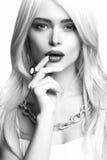 年轻美丽的夫人时尚单色画象  性感的白肤金发的秀丽妇女 免版税库存图片