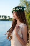 美丽的夫人画象花卉花圈的 免版税库存照片