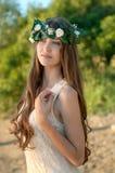 美丽的夫人画象花卉wreathsitting的 免版税库存照片