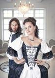 美丽的夫妇妇女和人中世纪衣裳的 免版税库存图片