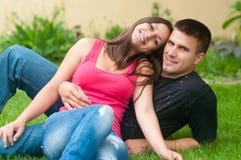 美丽的夫妇庭院愉快的年轻人 图库摄影