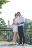 美丽的夫妇拥抱年轻人 免版税库存图片