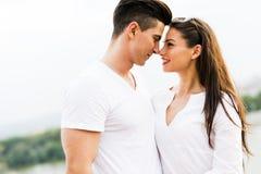 年轻美丽的夫妇摩擦引导作为爱的标志 免版税库存图片