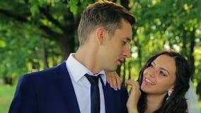 年轻美丽的夫妇新娘和新郎轻轻地谈话 股票视频