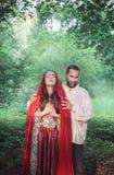 美丽的夫妇男人和妇女中世纪服装的 免版税图库摄影