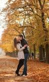 美丽的夫妇秋天年轻人 免版税库存照片