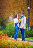 美丽的夫妇约会在秋天公园 库存图片