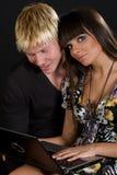 美丽的夫妇膝上型计算机年轻人 免版税库存图片