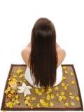 美丽的头发健康长的松弛妇女 免版税库存照片