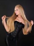 美丽的头发长的理想的妇女 免版税库存图片