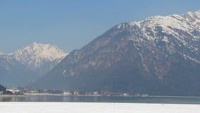 美丽的奥地利阿尔卑斯全景视图,高山范围,镜子般的湖 股票录像