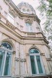 美丽的奥地利经典之作第19个世纪别墅门面细节 在塔的低角度视图 库存图片