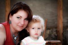 美丽的女儿母亲 免版税库存照片