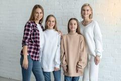 美丽的女同性恋的家庭画象在便服,两妈妈的和女儿的 免版税库存照片